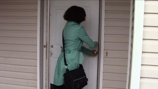 zamykání dveří a opuštění