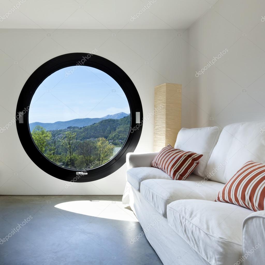 Espace intérieur avec une fenêtre circulaire photo 19528537