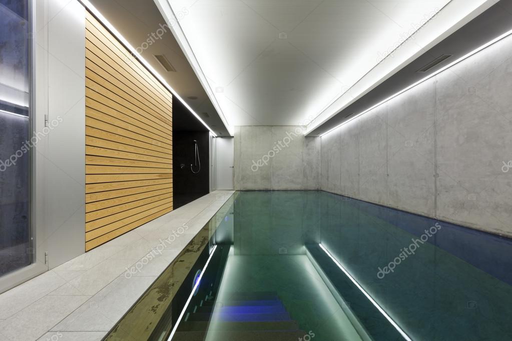 Casa moderna con piscina interni foto stock zveiger for Interni casa moderna