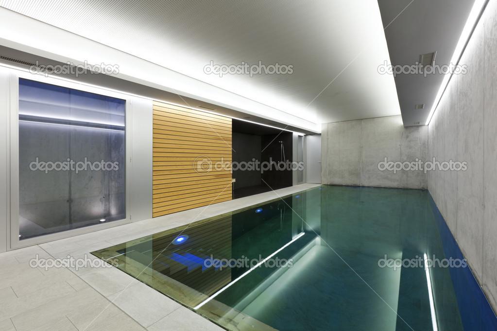 Casa moderna com piscina interior fotografias de stock for Piscina interior