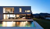 Fotografie Moderne Villa bei Nacht