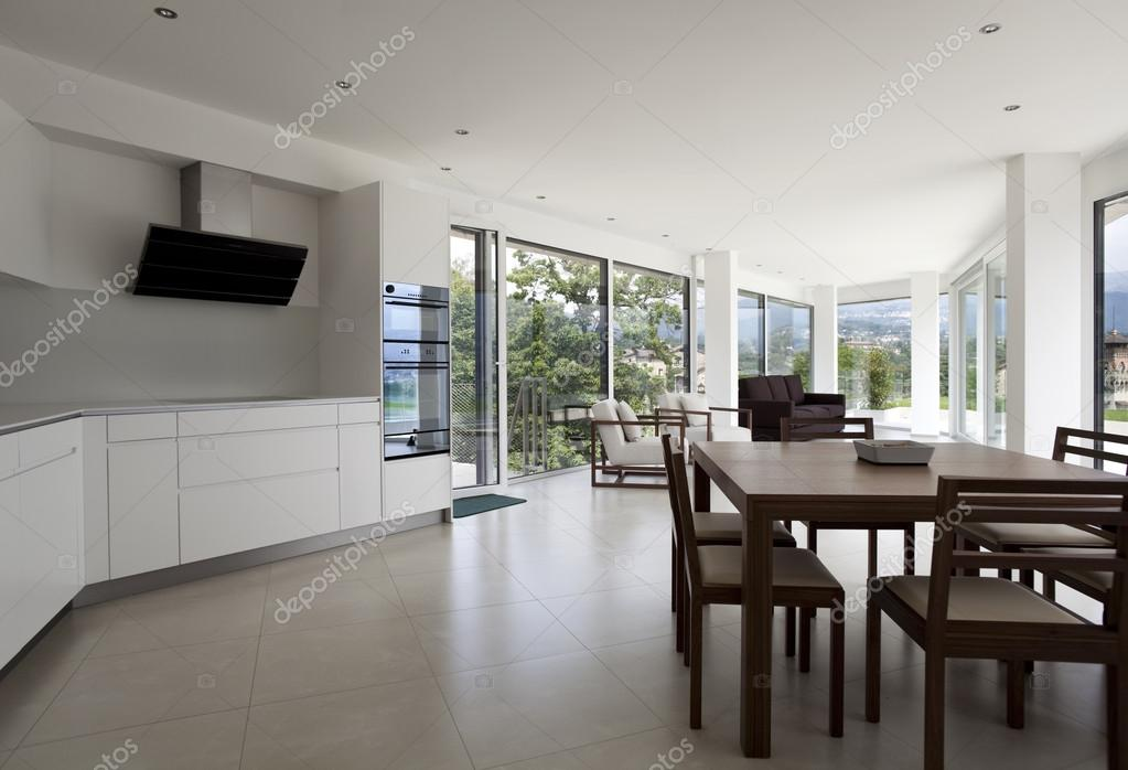 casa interior, amplia cocina moderna, mesa de comedor — Foto de ...