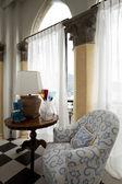 věž, luxusní rezidenční byty, místnosti s starověké sloupy a křeslo