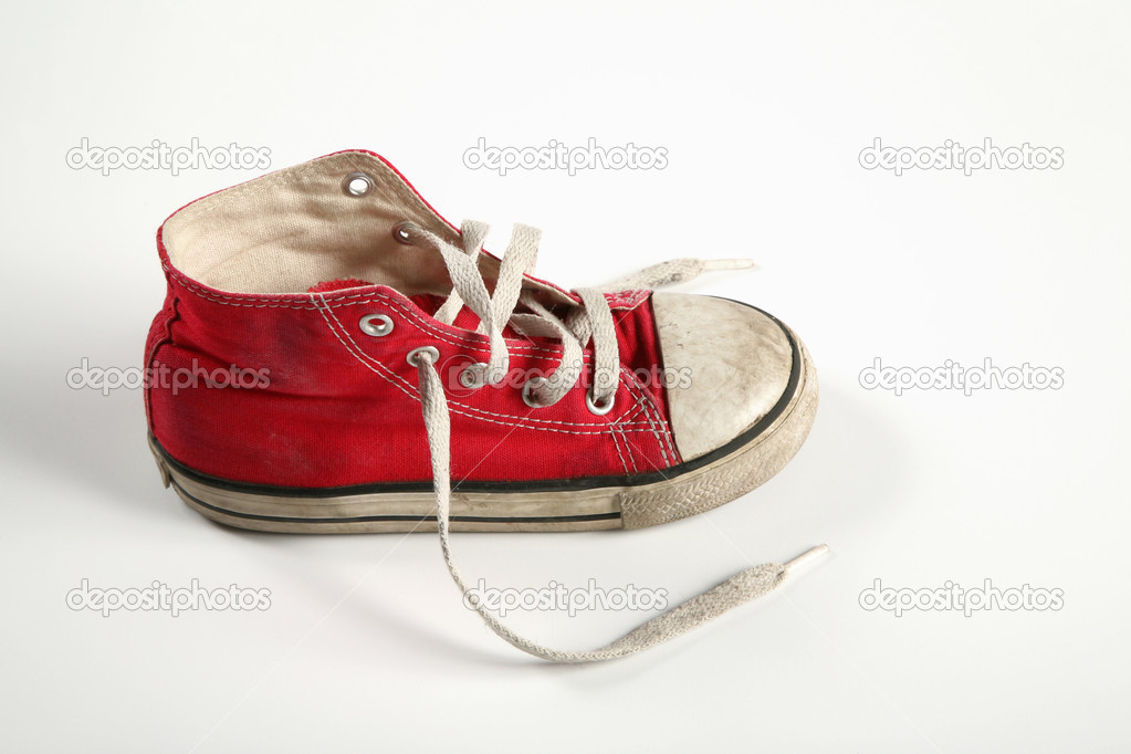 viejo Zapato gumshoe aislada sobre blanco rojo dRpRrq