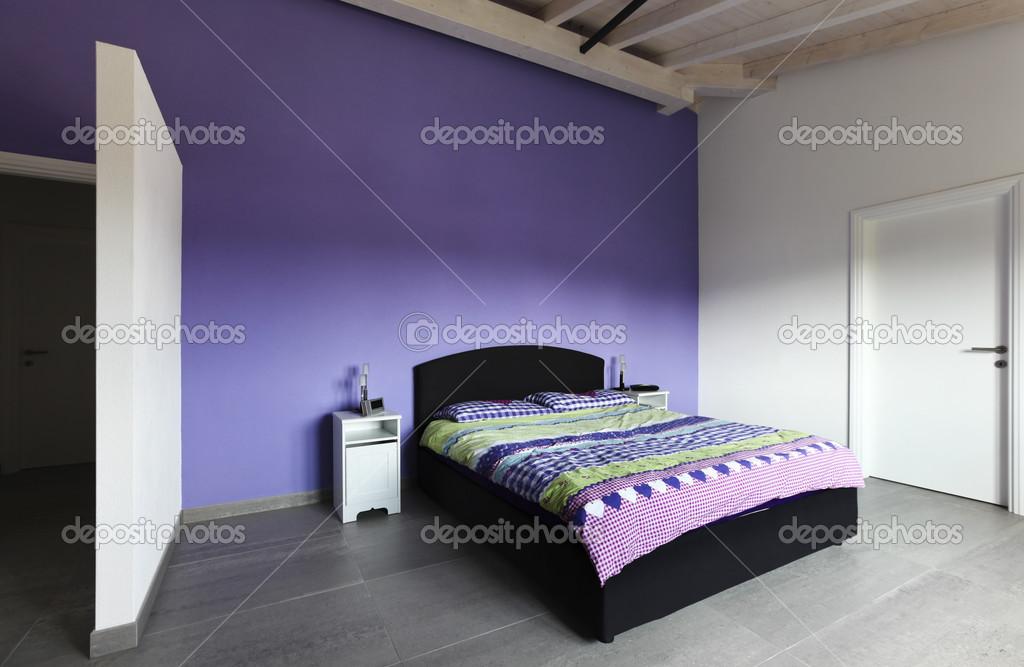 Schlafzimmer Mit Lila Wand Stockfoto C Zveiger 34152737