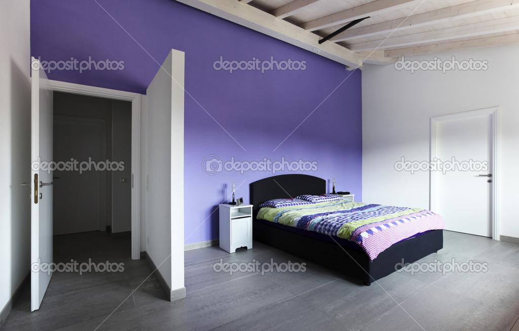 Schlafzimmer Mit Lila Wand Stockfoto C Zveiger 34152961