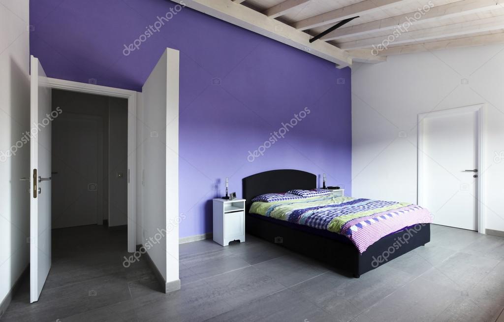 Paarse Accessoires Slaapkamer : Slaapkamer met paarse muur u stockfoto zveiger