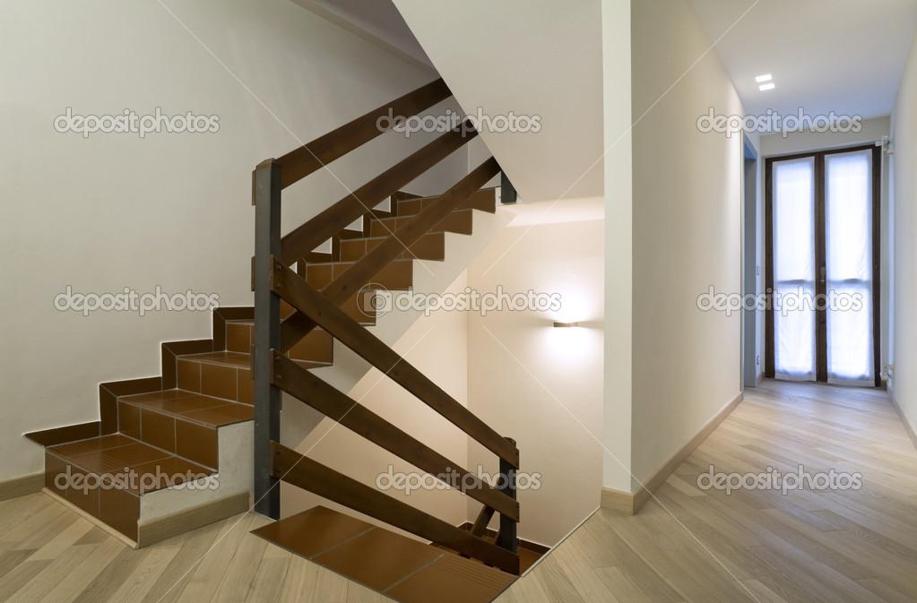 Trap in modern huis u stockfoto zveiger