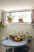 Photo Loft furnished, small table