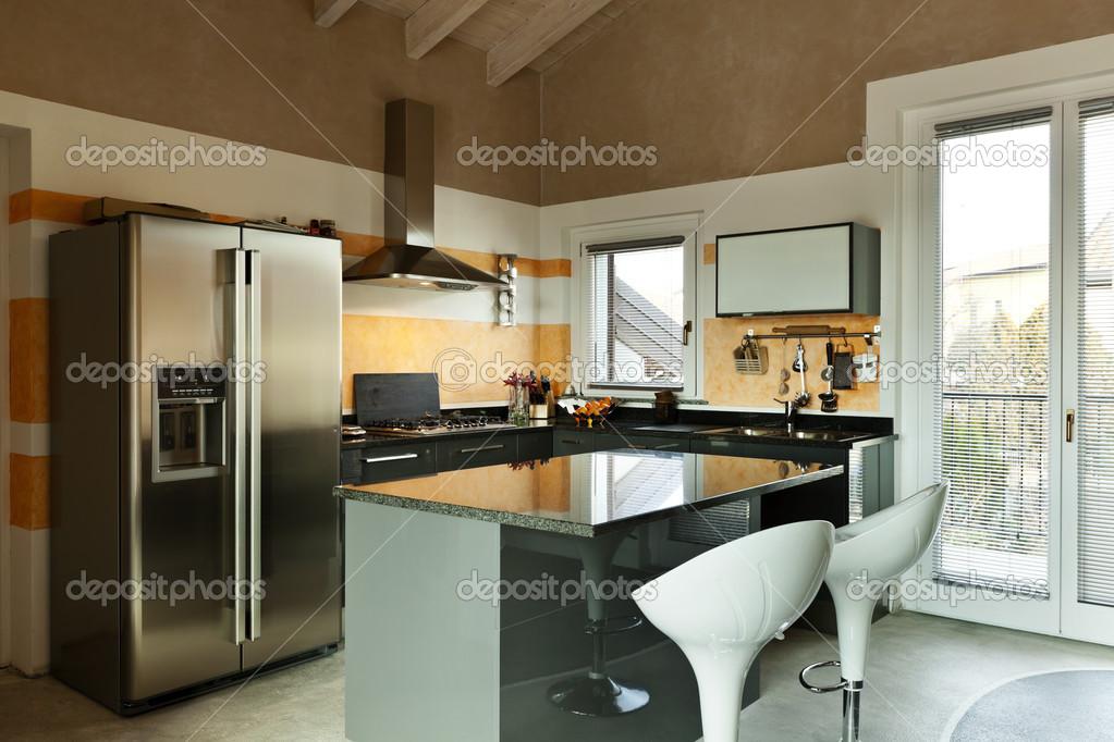 Cucina con isola con due sgabelli u2014 foto stock © zveiger #34821727