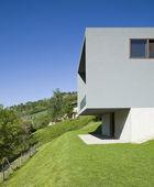 modernes Haus umgeben von Natur
