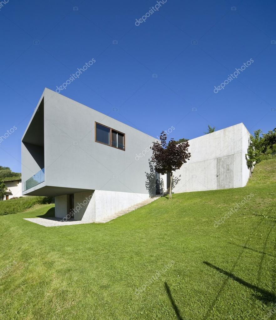 modernes Haus mitten in der Natur — Stockfoto © Zveiger #34880731