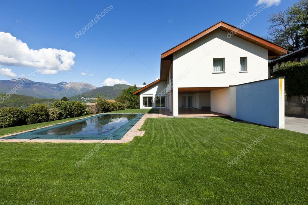 Huis en zwembad exterieur u stockfoto zveiger