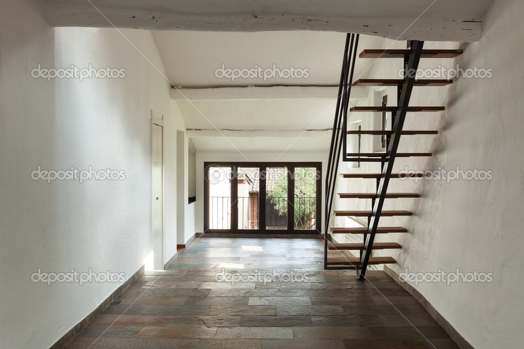 interior casa rstica amplio comedor con escalera u foto de stock