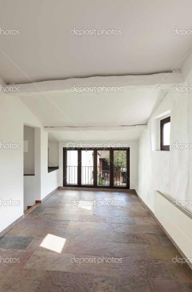 interieur rustiek huis grote kamer met trap stockfoto