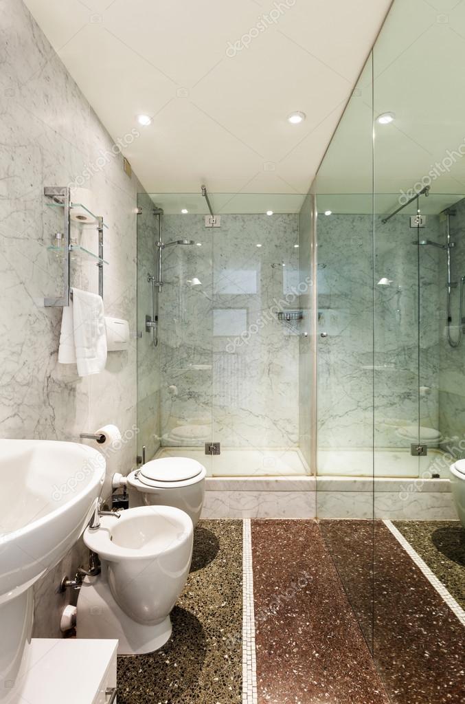 salle de bain, chambres d\'hôtel — Photographie Zveiger © #41341715
