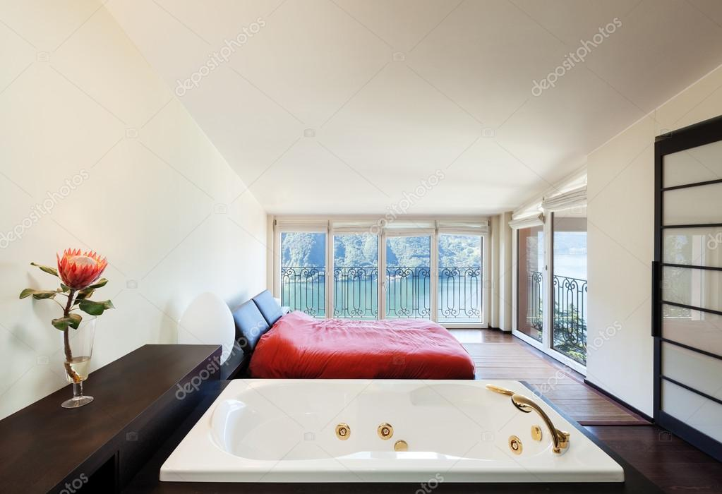 Luxuswohnung, Schlafzimmer mit Whirlpool — Stockfoto © Zveiger #41690587