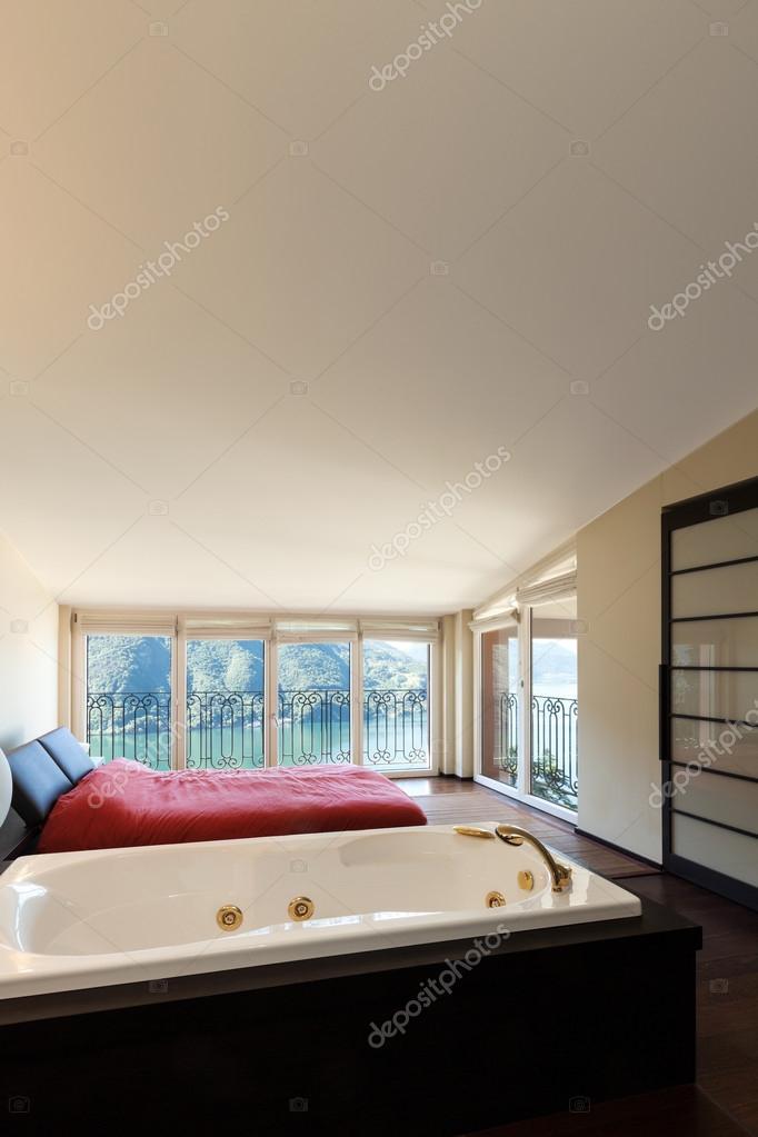 Luxus schlafzimmer mit whirlpool  Luxuswohnung, Schlafzimmer mit Whirlpool — Stockfoto © Zveiger #41690763