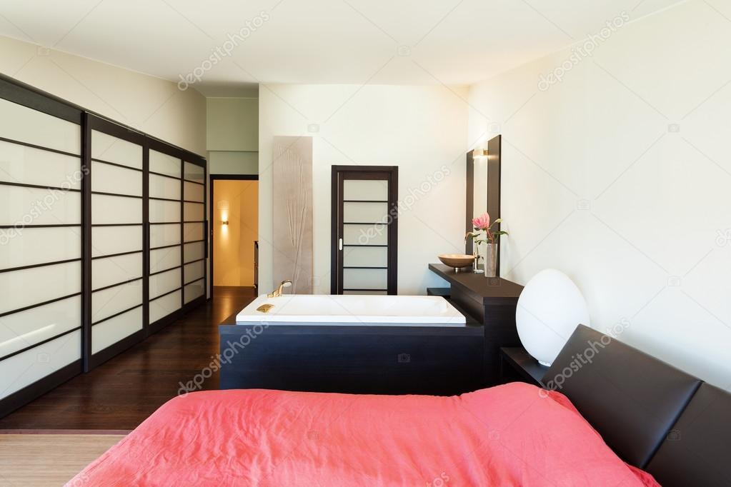 Schlafzimmer mit Whirlpool, Wohnung — Stockfoto © Zveiger #41699457