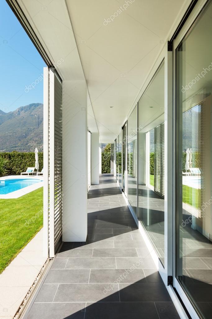 moderne Villa mit pool — Stockfoto © Zveiger #46471577