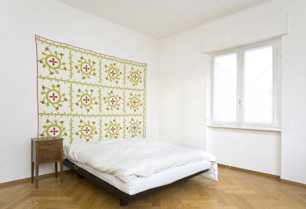 Slaapkamer decoratieve tapijt op de muur u stockfoto zveiger