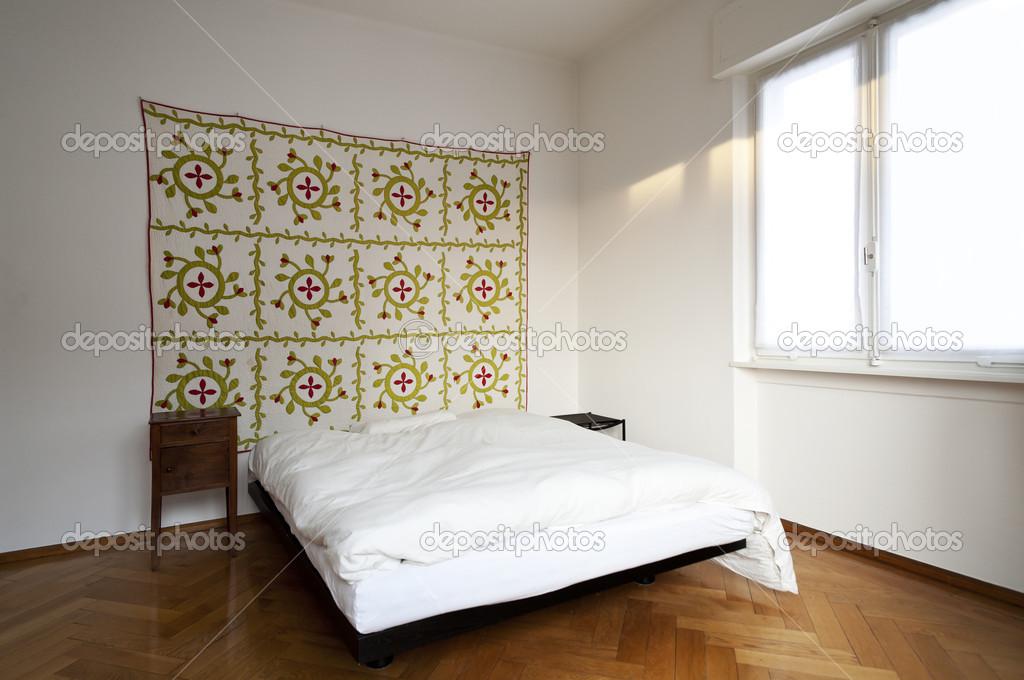 Decoratie Slaapkamer Muur : Slaapkamer decoratieve tapijt op de muur u stockfoto zveiger
