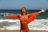 Fotografia bella donna abbronzata godendo il sole sulla spiaggia