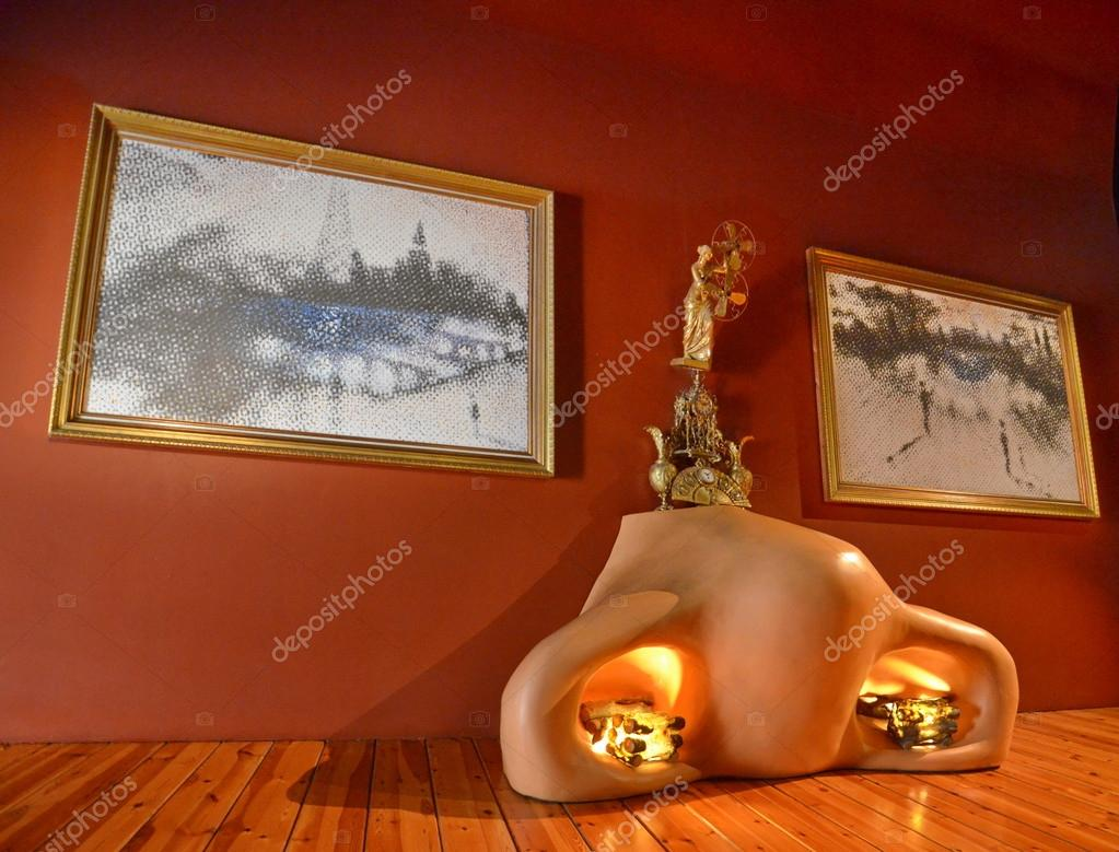 Dali Museum Theatre interior, sofa in form of lips — Stock Photo #36917267