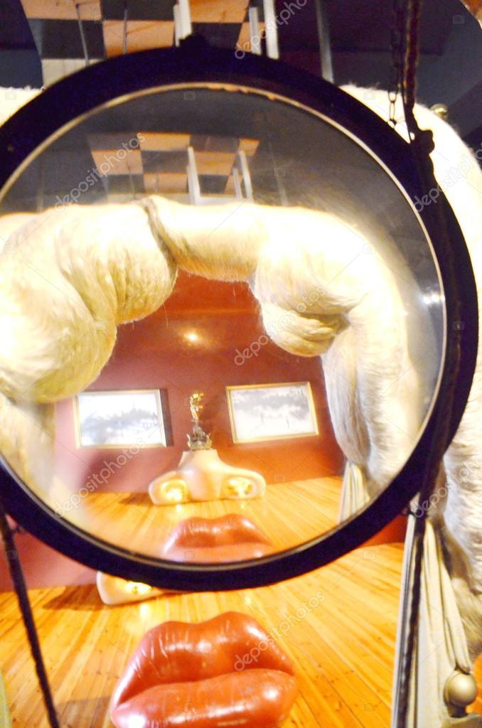 Divano Labbra Di Mae West.Divano Interni Con Teatro Di Museo Dali A Forma Di Labbra Foto