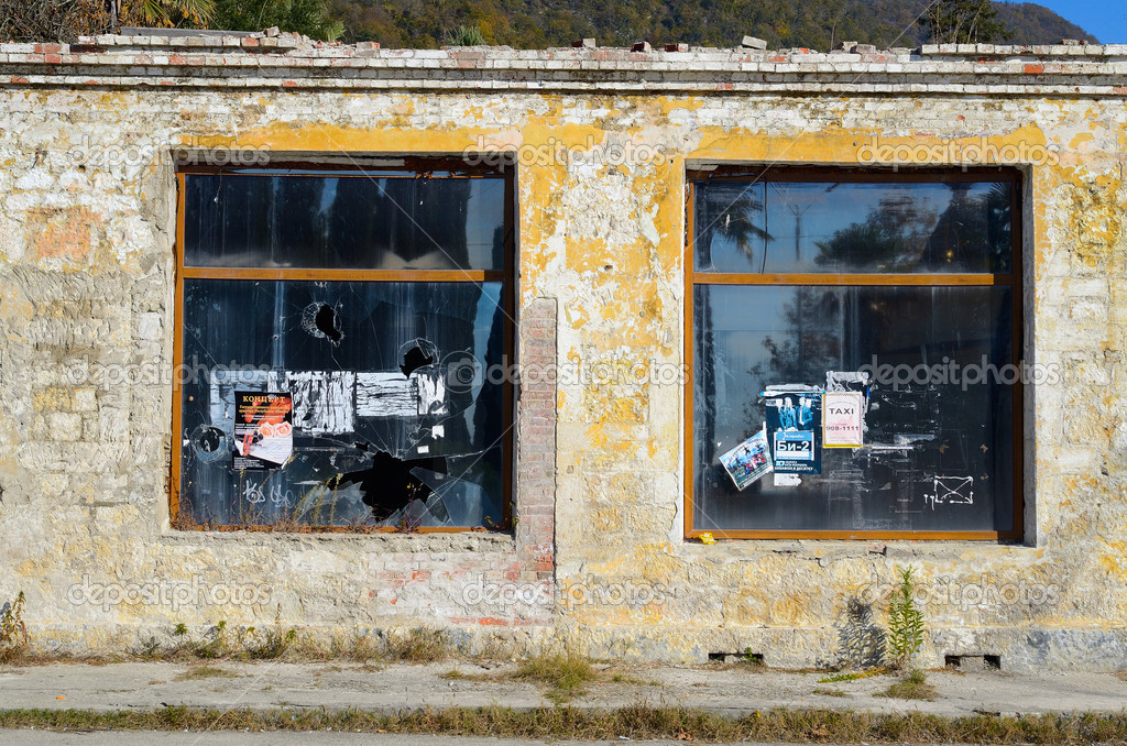 Broken windows in an abandoned house – Stock Editorial Photo © vlad