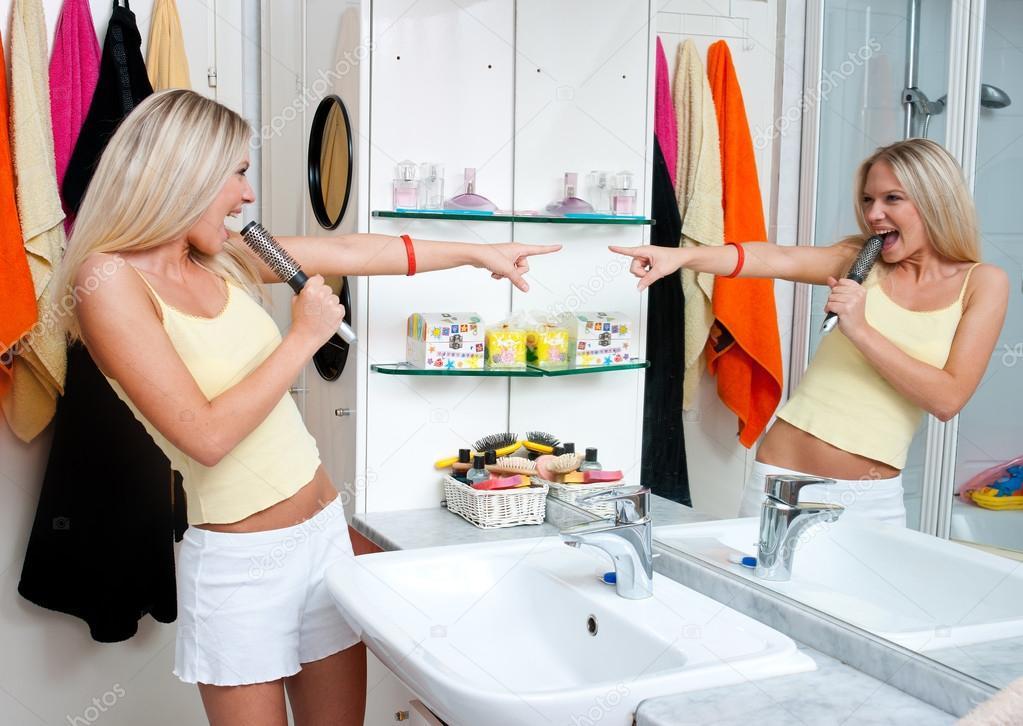 Teen Mädchen singen im Badezimmer — Stockfoto © bertys30 #21437205