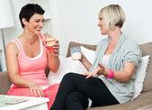 Fényképek két érett nő ovasás kávé