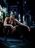 Frau in Latex Katze Kostüm