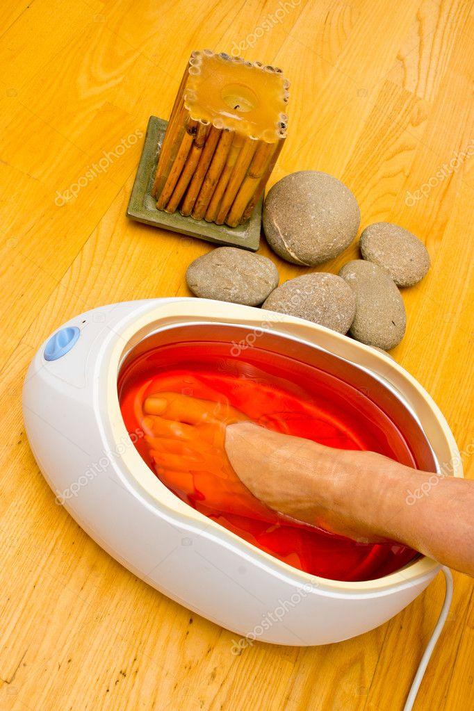 piedi di donna nel bagno di paraffina Spa — Foto Stock © bertys30 ...