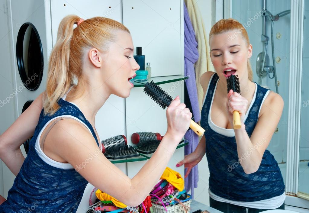 Teen Mädchen singen im Badezimmer — Stockfoto © bertys30 #45972693