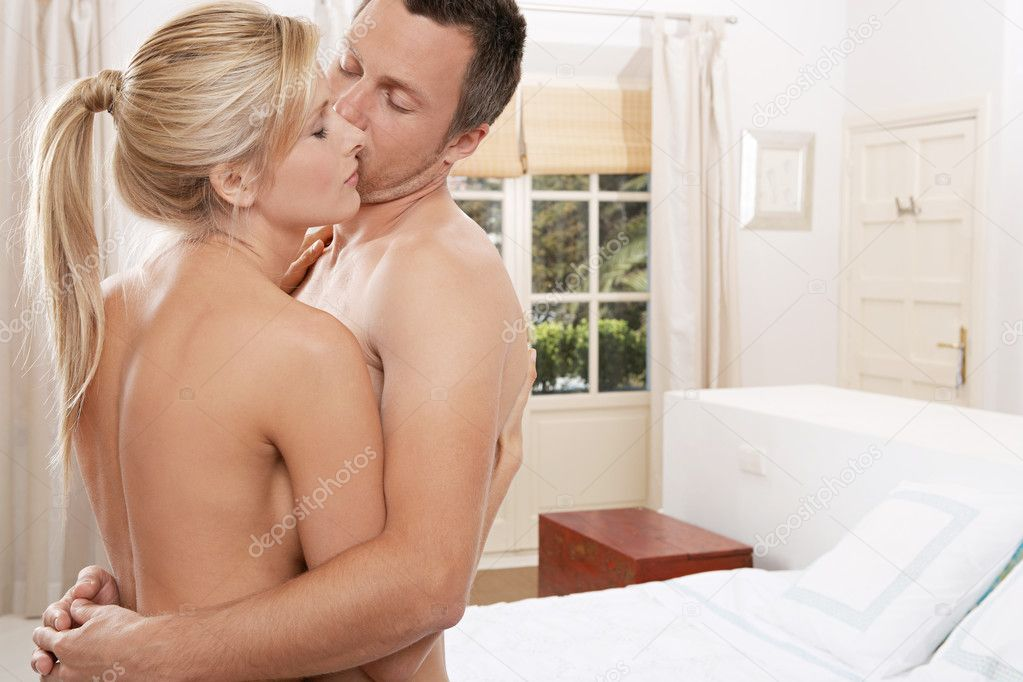 Nackt paar umarmt im Schlafzimmer. — Stockfoto © mjth #19803801