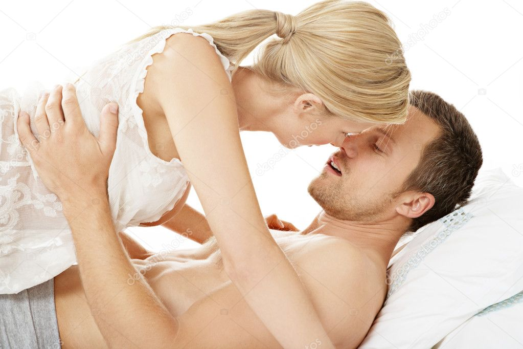Romantisch koppel in bed zoenen