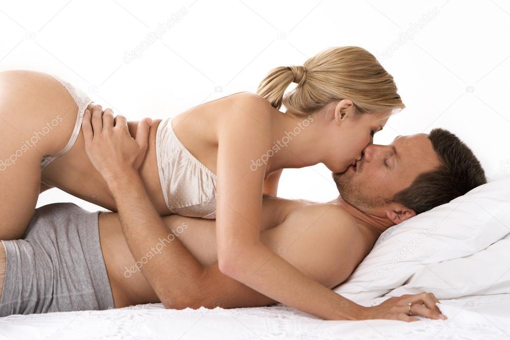 coppia a letto baci e abbracci — Foto Stock © mjth #19804063