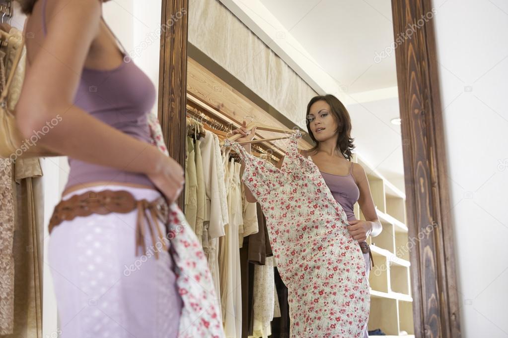 показывает, видео девушка меряет платье только что онлайн