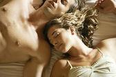 Fotografie attraktives junges Paar im Bett zur Festlegung