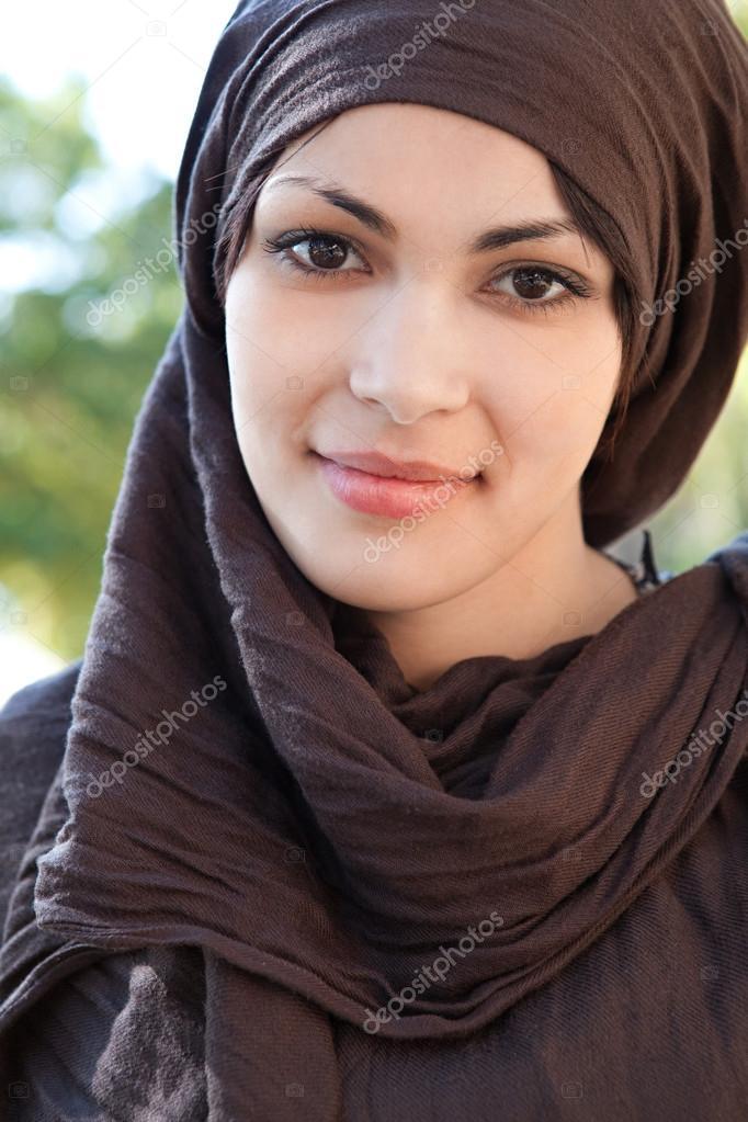 jeune musulmane portant un foulard sur la t te et en souriant la cam ra photographie mjth. Black Bedroom Furniture Sets. Home Design Ideas