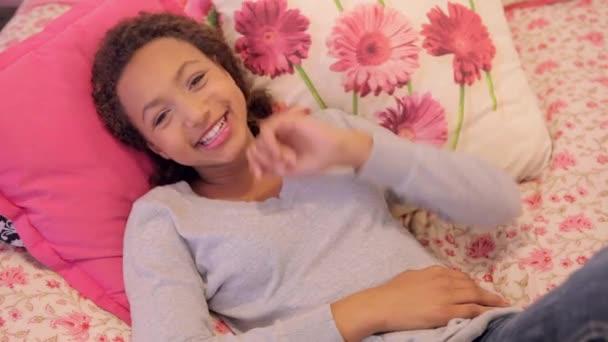 mladá dospívající dívka stanoví na lůžku doma