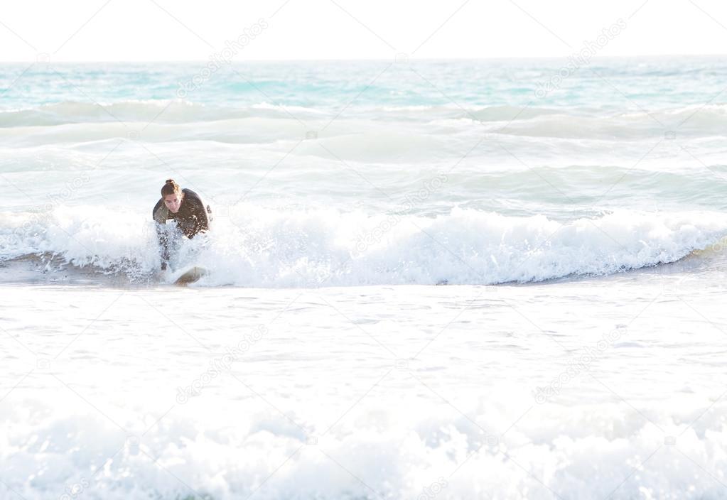 Surfer man starting to ride