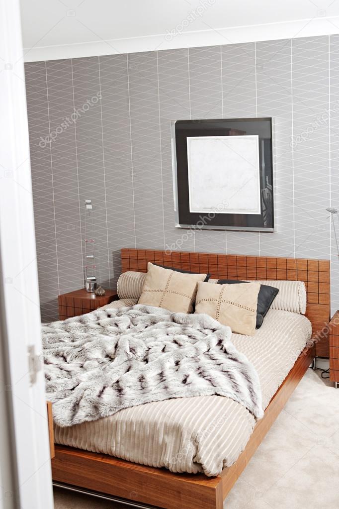 Schlafzimmer mit einem hölzernen Bettgestell — Stockfoto © mjth ...