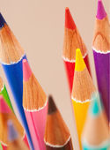 banda barevné školních uměleckých tužek