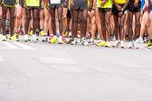 Fotografie nohy běžců na startu v Pardubicích