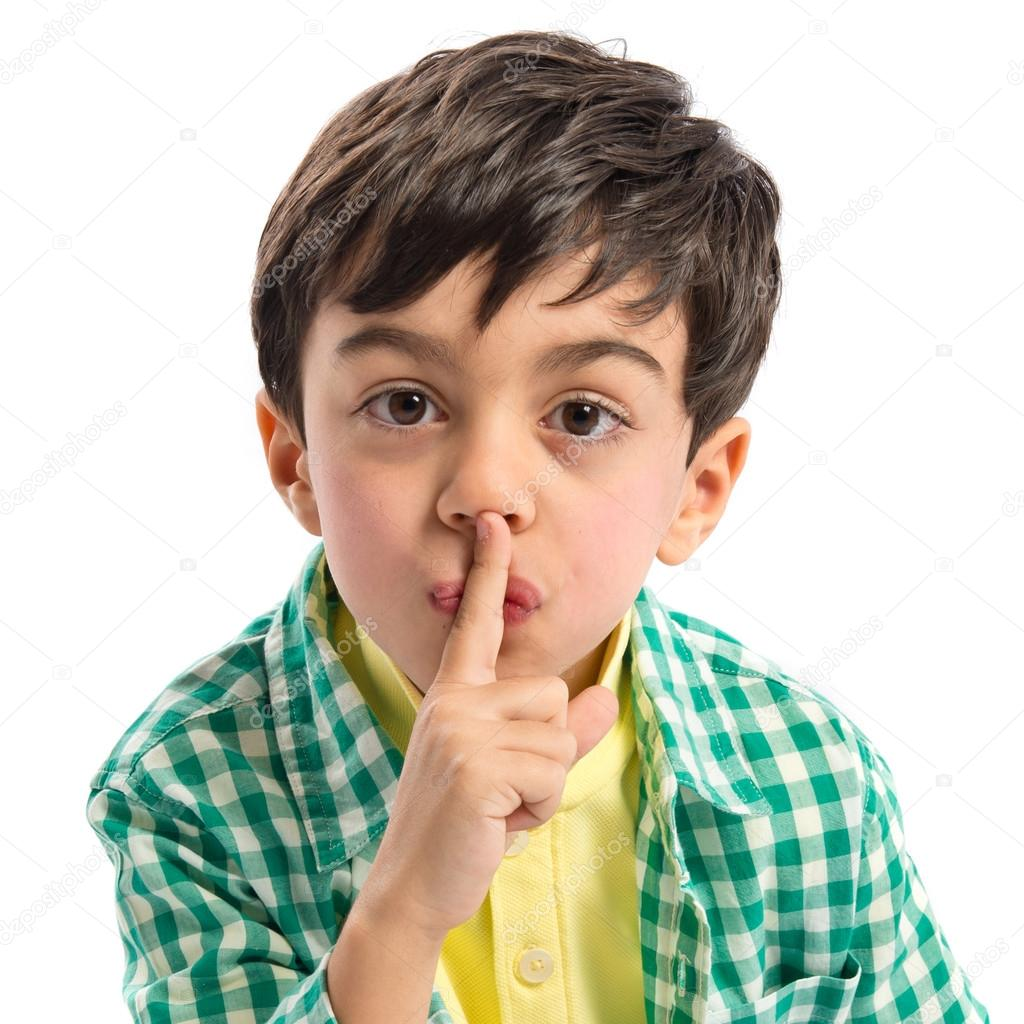 Niño haciendo gesto de silencio sobre fondo blanco — Foto ...