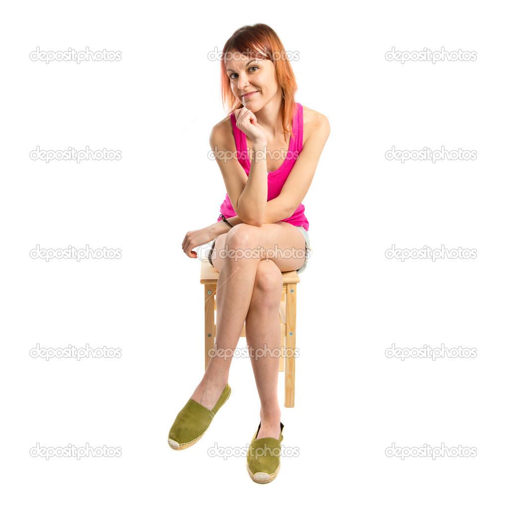 Рыжая девушка сидит голая на стуле