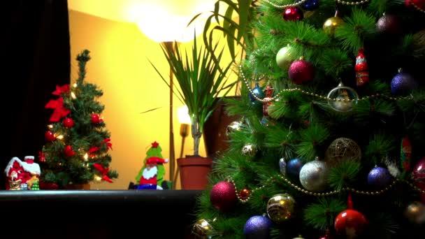 Vánoční ozdoby, dekorace a osvětlení na krásný strom