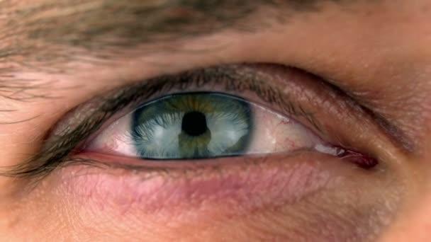 Super 35mm fotoaparát - detailní záběr na modré zelené oko